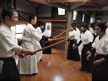 Hino Akira dans son dojo de wakayama